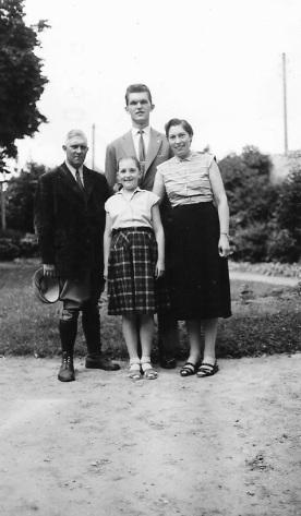 Jean-Claude, à 19 ans, entouré de ses parents et sa jeune sœur Martine (9 ans) en 1956.